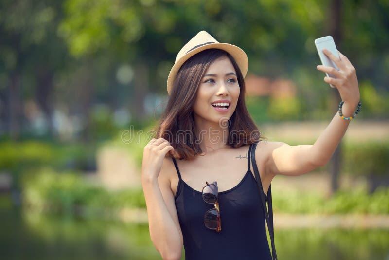 Älskvärd kvinna som tar selfie royaltyfri bild