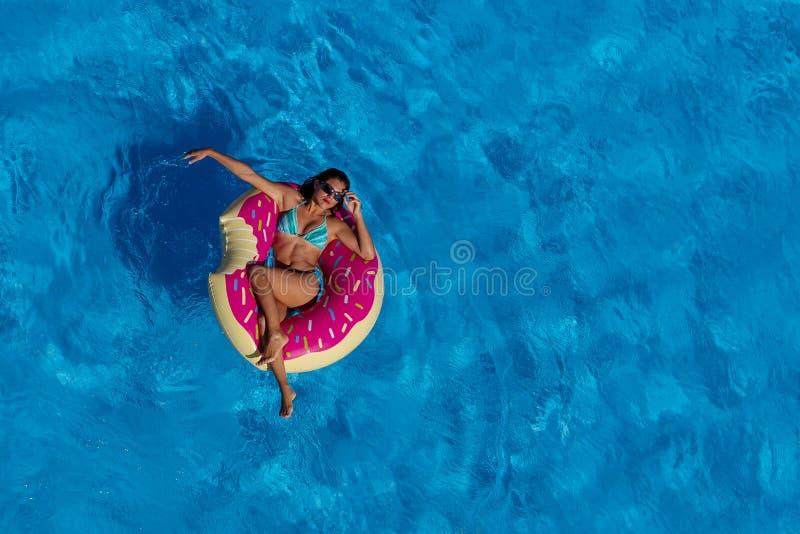 Älskvärd latinamerikansk brunettmodellEnjoying The Summer dag på Poen royaltyfria foton