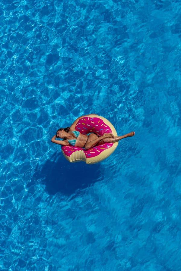 Älskvärd latinamerikansk brunettmodellEnjoying The Summer dag på Poen royaltyfria bilder