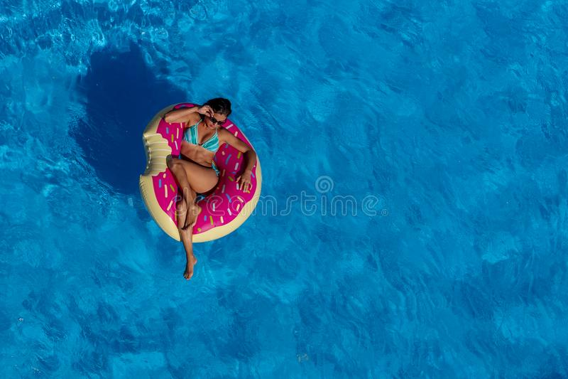 Älskvärd latinamerikansk brunettmodellEnjoying The Summer dag på Poen royaltyfri fotografi