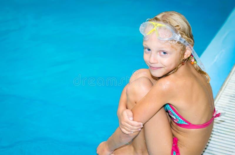 Älskvärd le flicka i simbassängen royaltyfri fotografi