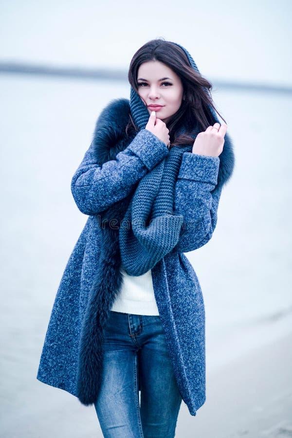 Älskvärd lycklig ung kvinna i vinter i varmt lag arkivbild
