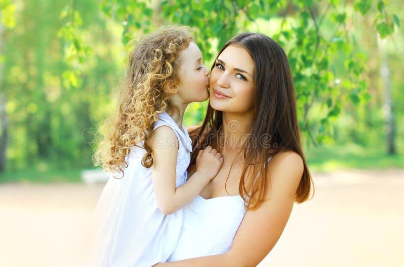 Älskvärd moder och dotter royaltyfria foton