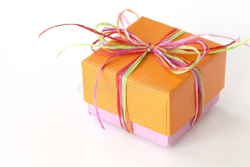 Älskvärd närvarande apelsin och rosa färger (gåvaasken) royaltyfri foto