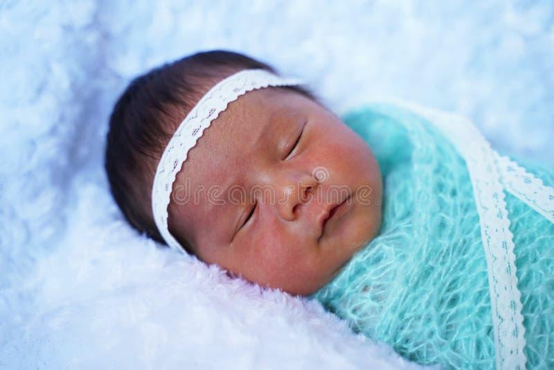 Älskvärd nyfödd flicka som sover på den vita filten fotografering för bildbyråer