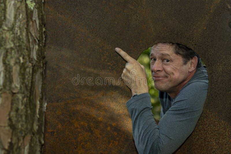 Älskvärd och lycklig man, inom den bruna järnplattan som pekar ett utrymme för en annonsering och ett kommersiellt projekt arkivfoton