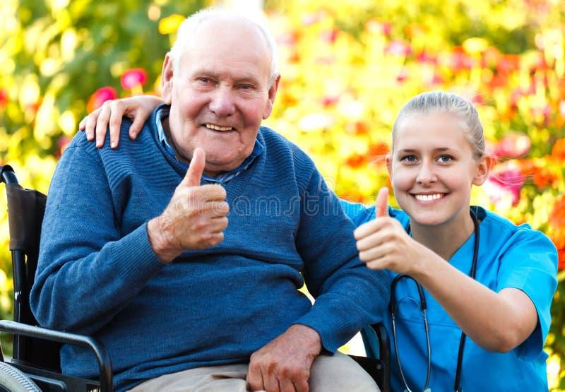 Älskvärd patient och doktor arkivfoto