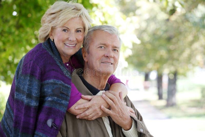 älskvärd pensionär för par royaltyfria foton