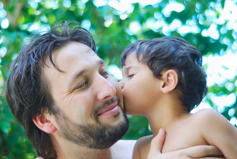 Älskvärd pojke och hans fader arkivfoto