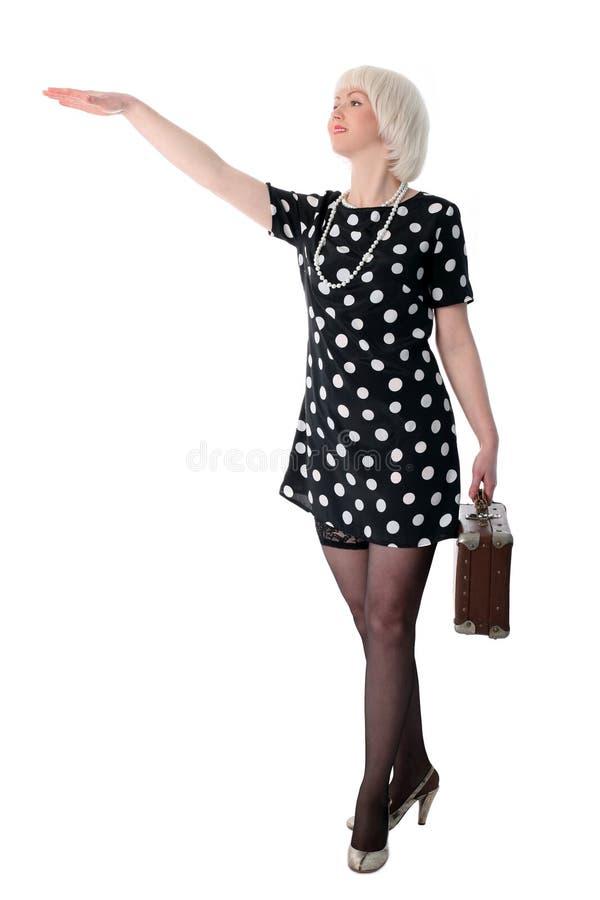 älskvärd posera retro resväskakvinna royaltyfri fotografi