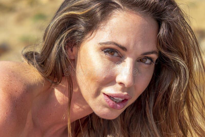 Älskvärd Relaxing On The för brunettbikinimodell strand royaltyfri fotografi