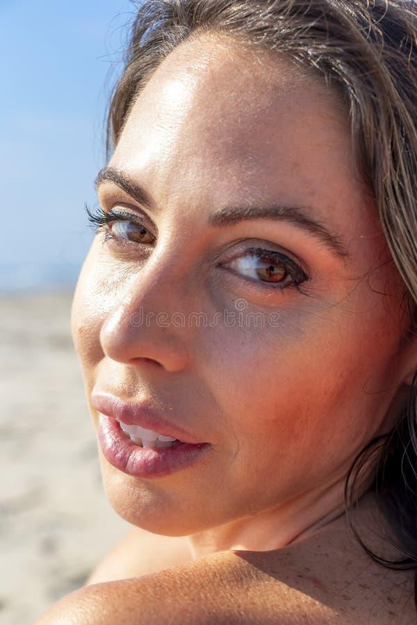 Älskvärd Relaxing On The för brunettbikinimodell strand royaltyfria foton