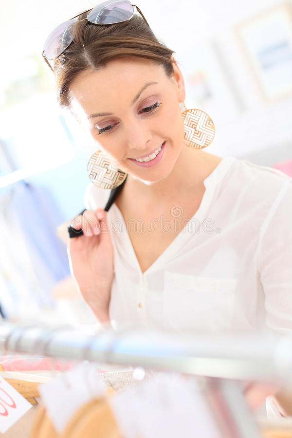 Älskvärd shopping för ung kvinna på sommarförsäljningar royaltyfria foton