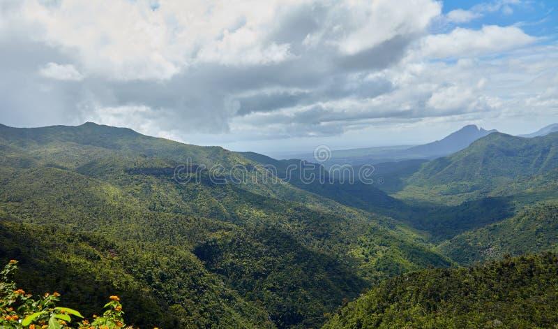 Älskvärd sikt av bergen och kullarna över arkivbilder