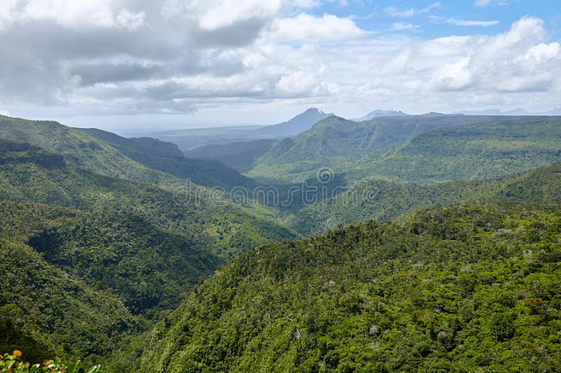Älskvärd sikt av bergen och kullarna över fotografering för bildbyråer