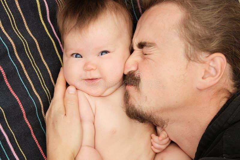 Älskvärd stående av fadern och hans lilla dotter lycklig faderskap Den unga farsan med skägget och behandla som ett barn lite fli arkivbild