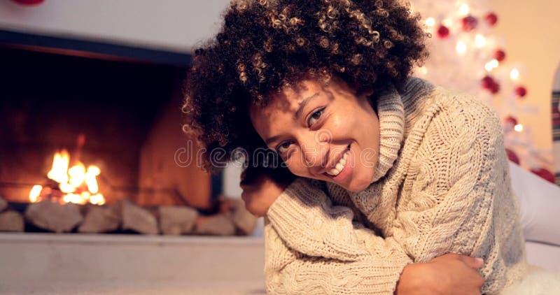 Älskvärd svart kvinna i tröja och damasker royaltyfria bilder