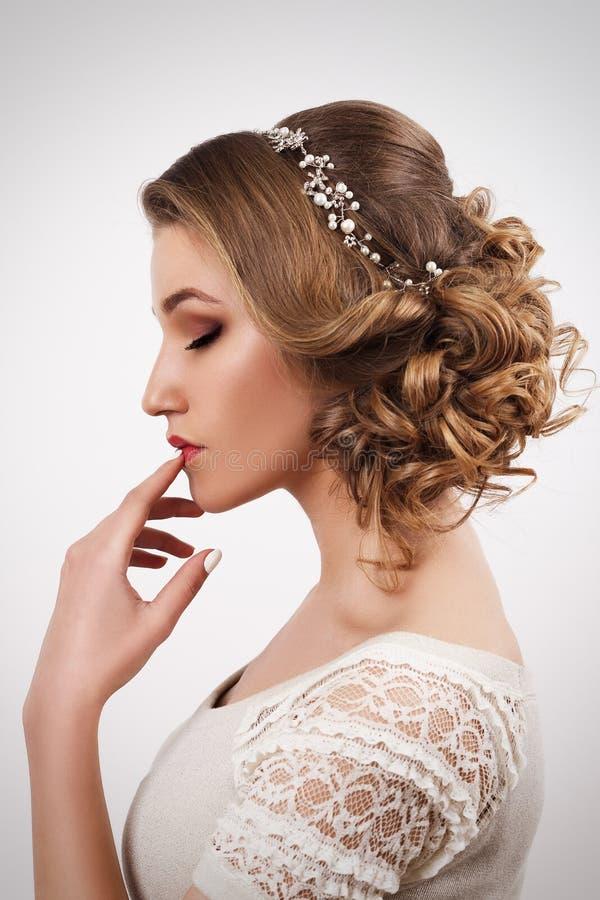 Älskvärd ung brudkvinna med härligt smink och frisyren royaltyfri bild