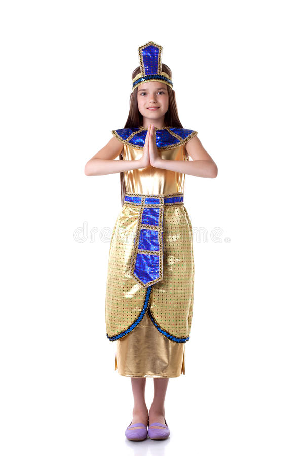 Älskvärd ung flicka som poserar i den Cleopatra dräkten royaltyfria bilder