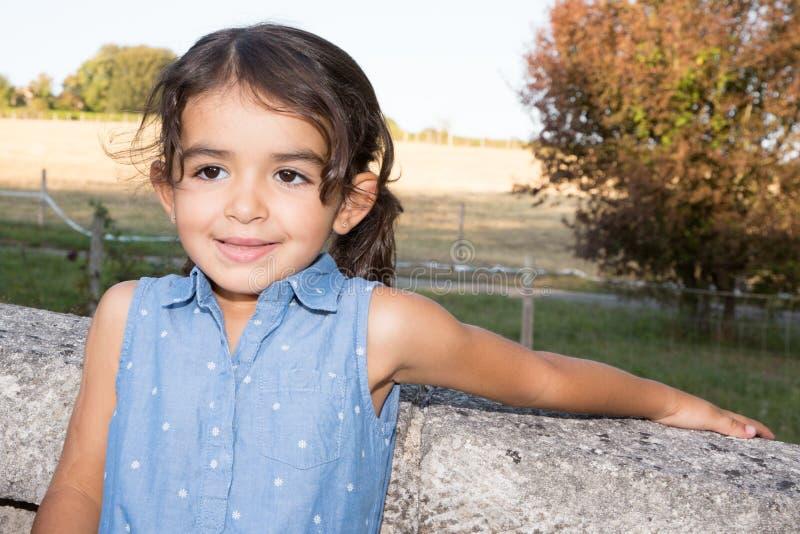 älskvärd utomhus- barnflickabrunett royaltyfria foton