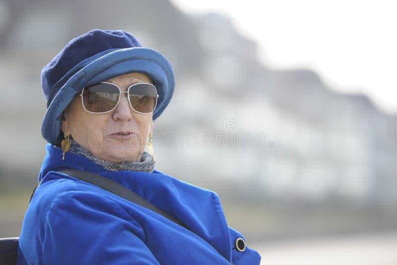 älskvärd utomhus- ståendepensionärkvinna royaltyfri foto