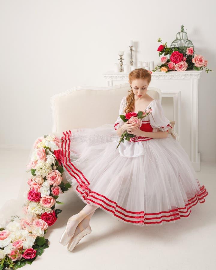 Älskvärda ballerinainnehavblommor royaltyfri foto
