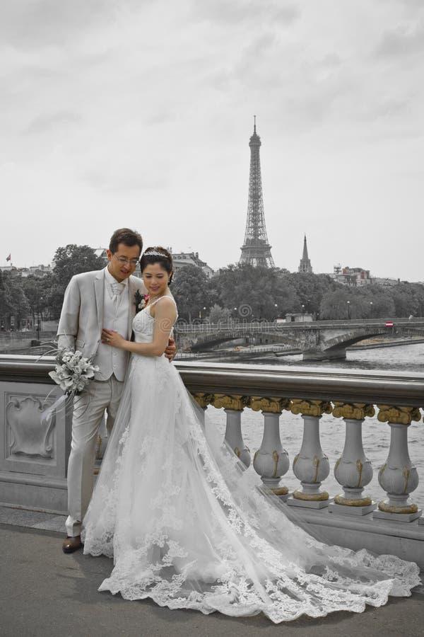 Älskvärda bilder för Asien parbröllop på den Pont Alexandre III bron i Paris arkivbilder