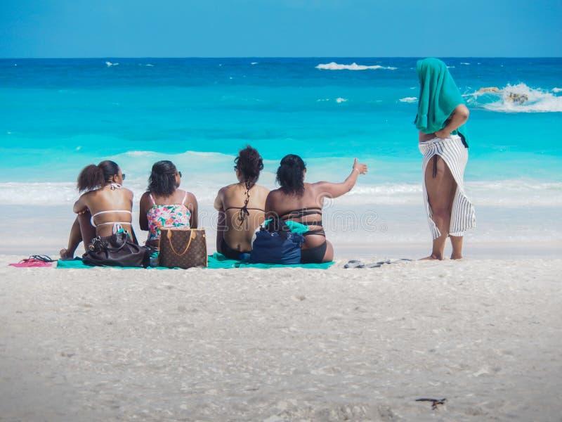 Älskvärda damer som pratar på stranden i Bermuda arkivfoto