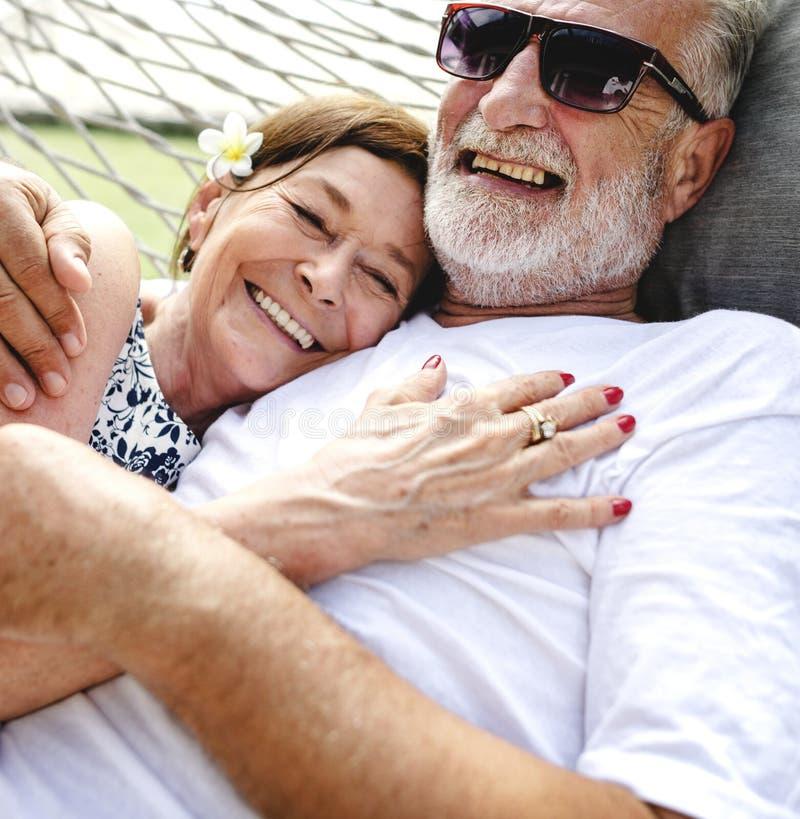 Älskvärda mogna par på romantisk semester royaltyfria bilder