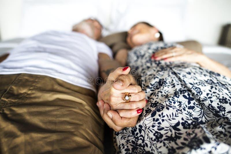 Älskvärda mogna par på romantisk semester arkivfoto