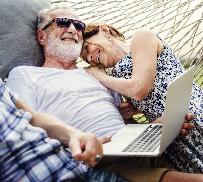 Älskvärda mogna par på romantisk semester royaltyfria foton