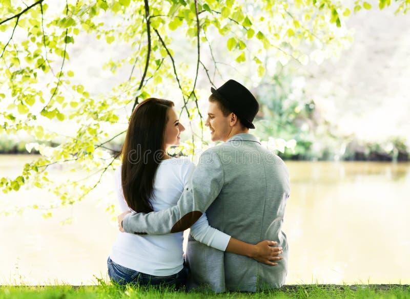 Älskvärda par på ett romantiskt datum i en parkera royaltyfri fotografi