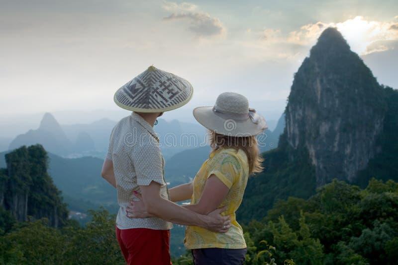 Älskvärda par på solnedgången överst av det kinesiska berget av månekullen royaltyfri fotografi