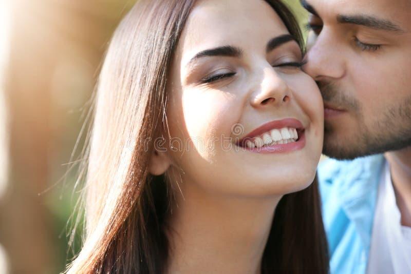 Älskvärda par som kysser på gatan fotografering för bildbyråer