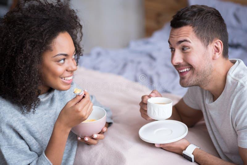 Älskvärda par som tycker om deras bröllopsresamorgon och frukost arkivfoton