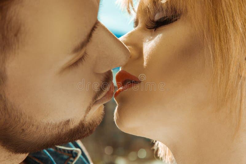 Älskvärda par som utomhus kysser sig fotografering för bildbyråer