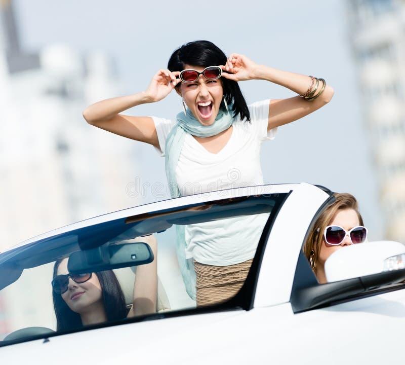 Älskvärda tonåringstativ i bilen arkivbilder