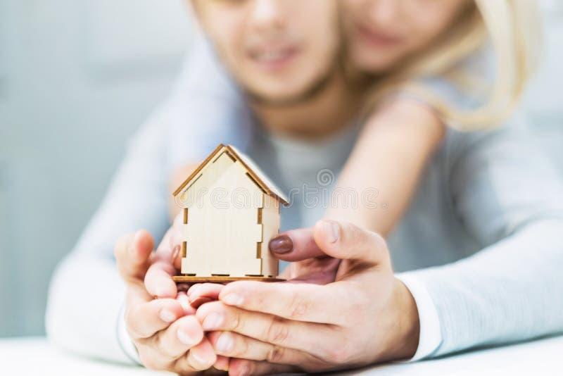 Älskvärda unga par som rymmer en husorientering på deras utsträckta händer Begreppet av att köpa en ny lägenhet fotografering för bildbyråer