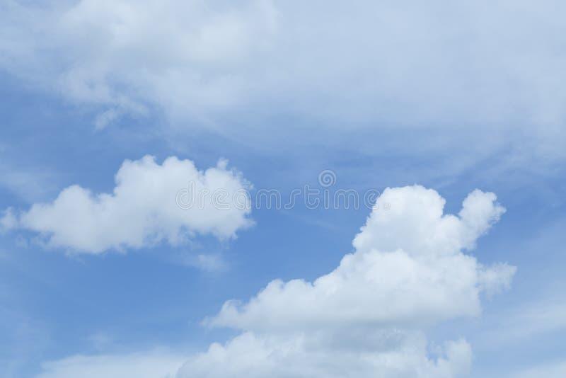 Älskvärda vitmoln och bakgrund för blå himmel arkivbild