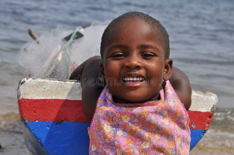 Älskvärt barn med att le för fartyg royaltyfri fotografi
