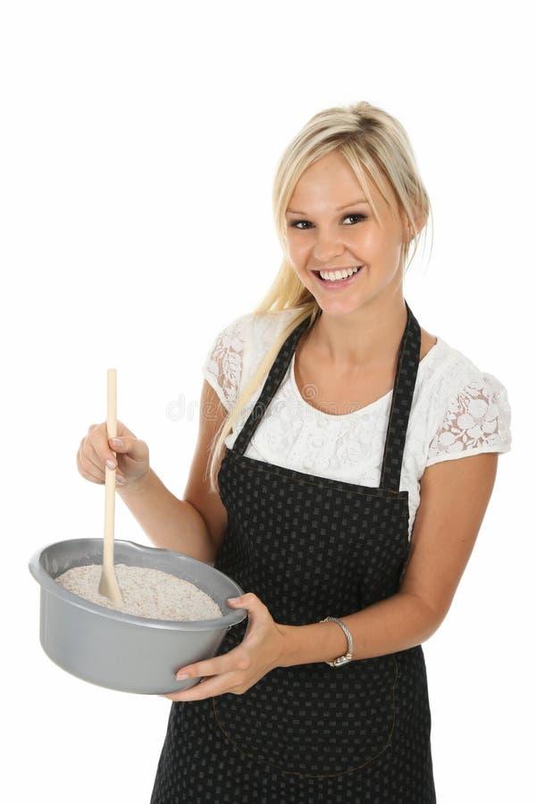älskvärt le för blond matlagninglady arkivfoton