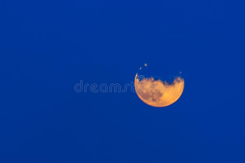 Älskvärt måneskott med moln royaltyfria bilder