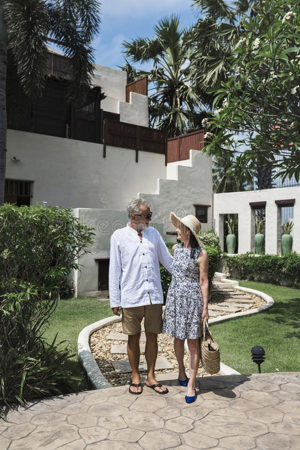 Älskvärt mogna par på en semesterort royaltyfri fotografi