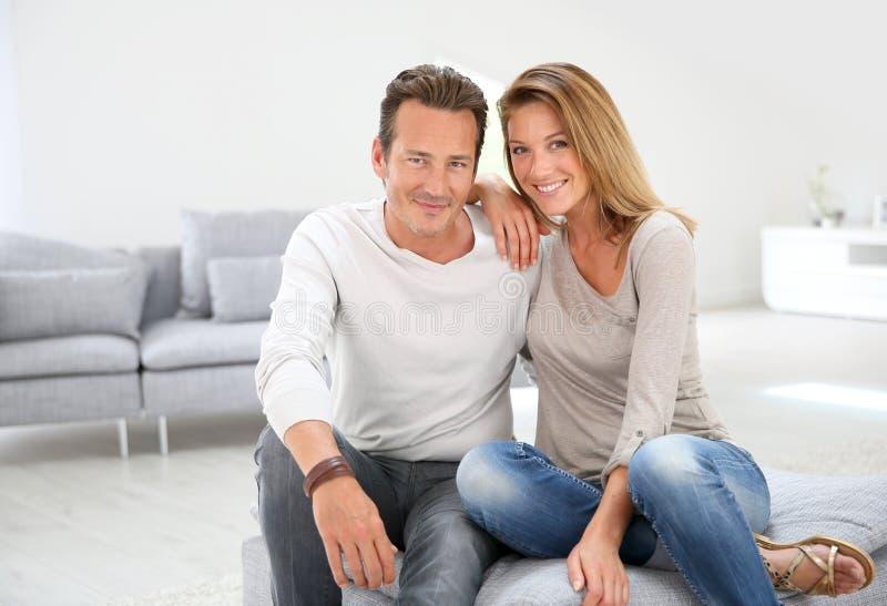 Älskvärt mogna par som hemma tycker om arkivbild
