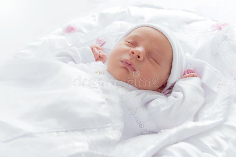 Älskvärt nyfött behandla som ett barn att sova royaltyfri foto