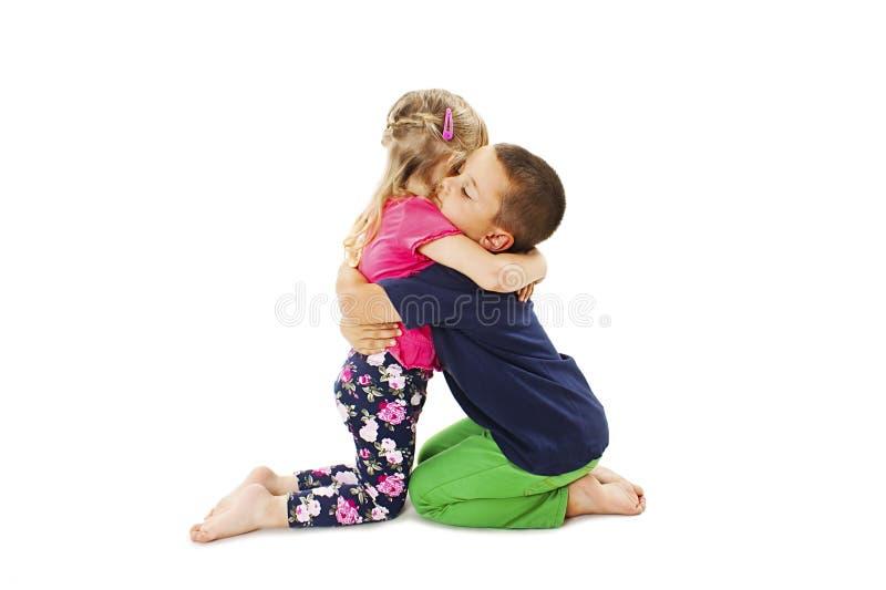 Älskvärt omfamna för liten broder som är hans, behandla som ett barn siste fotografering för bildbyråer