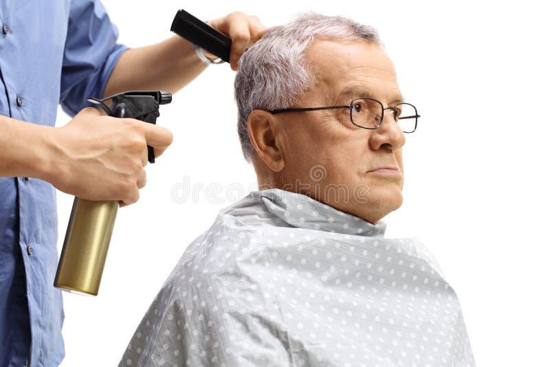 Älter, einen Haarschnitt habend lizenzfreie stockfotos