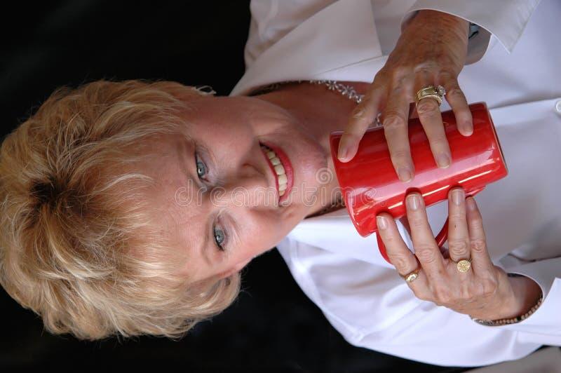 Älter, Kaffee trinkend stockbilder