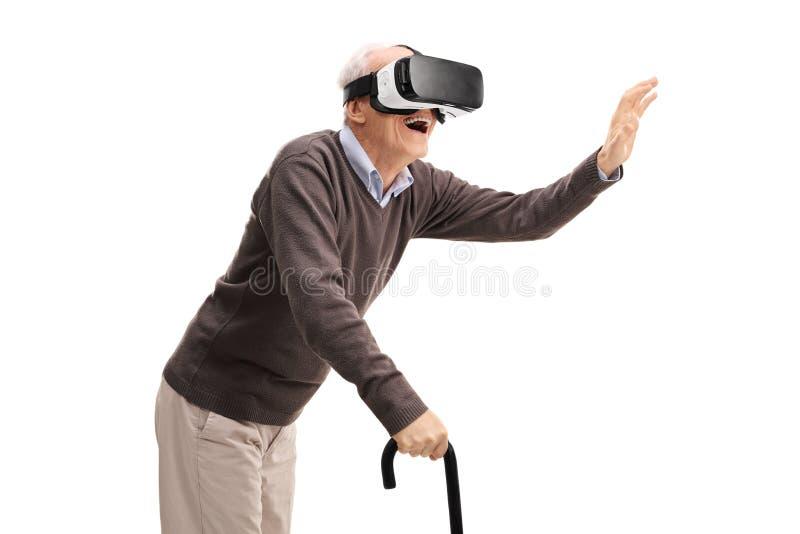 Älter, Spaß unter Verwendung eines VR-Kopfhörers habend stockfotografie