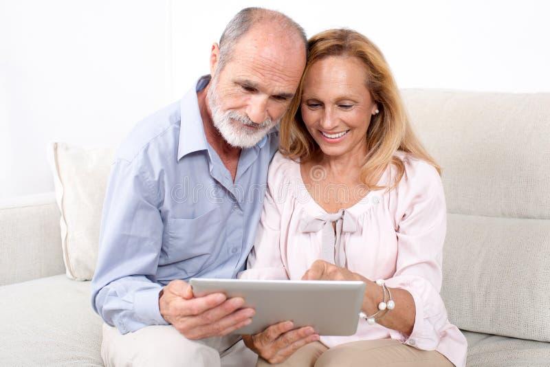 Ältere ältere Paare stockfotografie